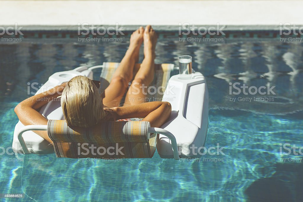 Blonde woman relaxing in pool - Royalty-free Adult Stock Photo