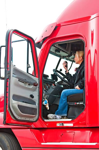 biondo donna camionista - talk in a radio foto e immagini stock
