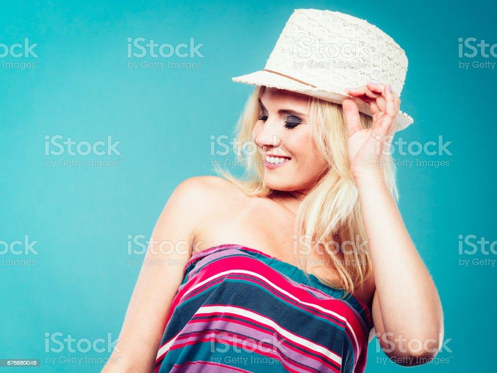Mulher loira, vestindo a camisa sem alças listrada colorida - foto de acervo