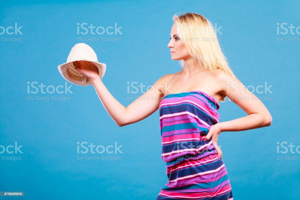 Mulher loira, vestido curto colorido listrado - foto de acervo