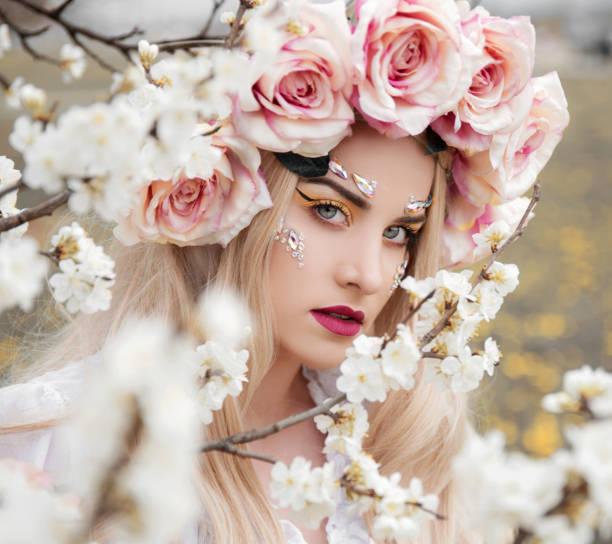 Mujer rubia con corona de flores - foto de stock