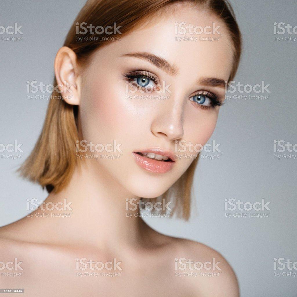Blonde woman with stylish short hairstyle – zdjęcie