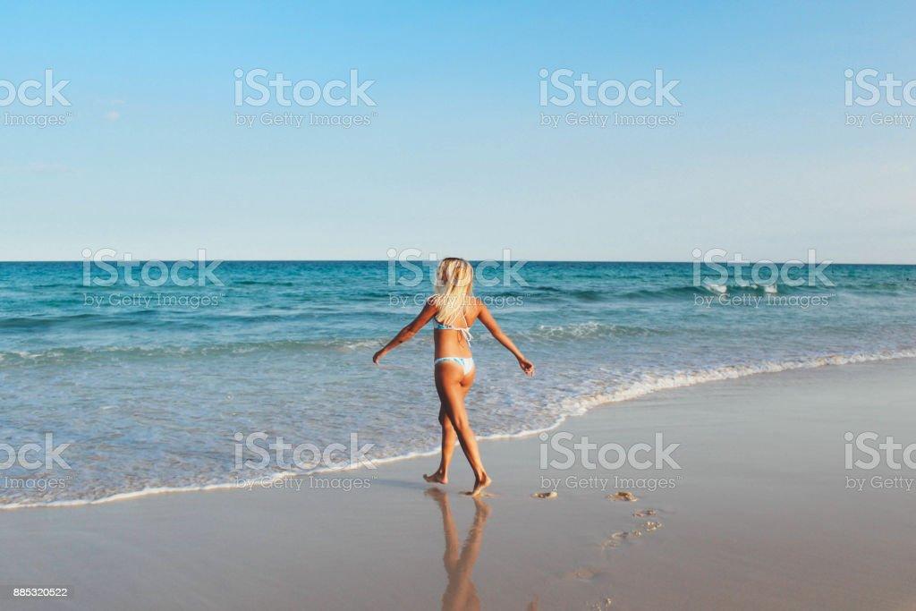 Mujeres Stock Playa Bikini En La Rubias Por Caminando Y De Más Foto OkPiZXu