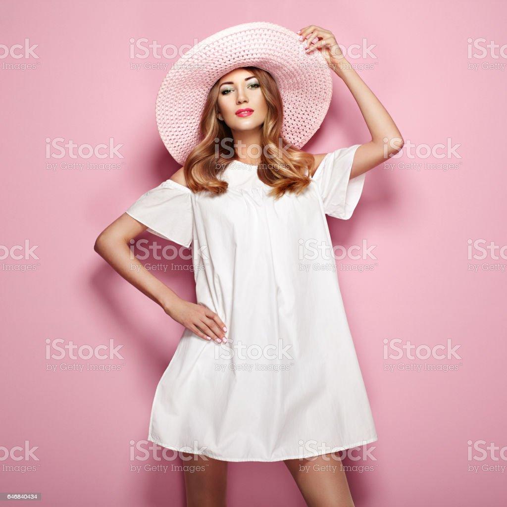 Witte Cocktailjurk.Blonde Jonge Vrouw In Elegante Witte Jurk Stockfoto En Meer Beelden
