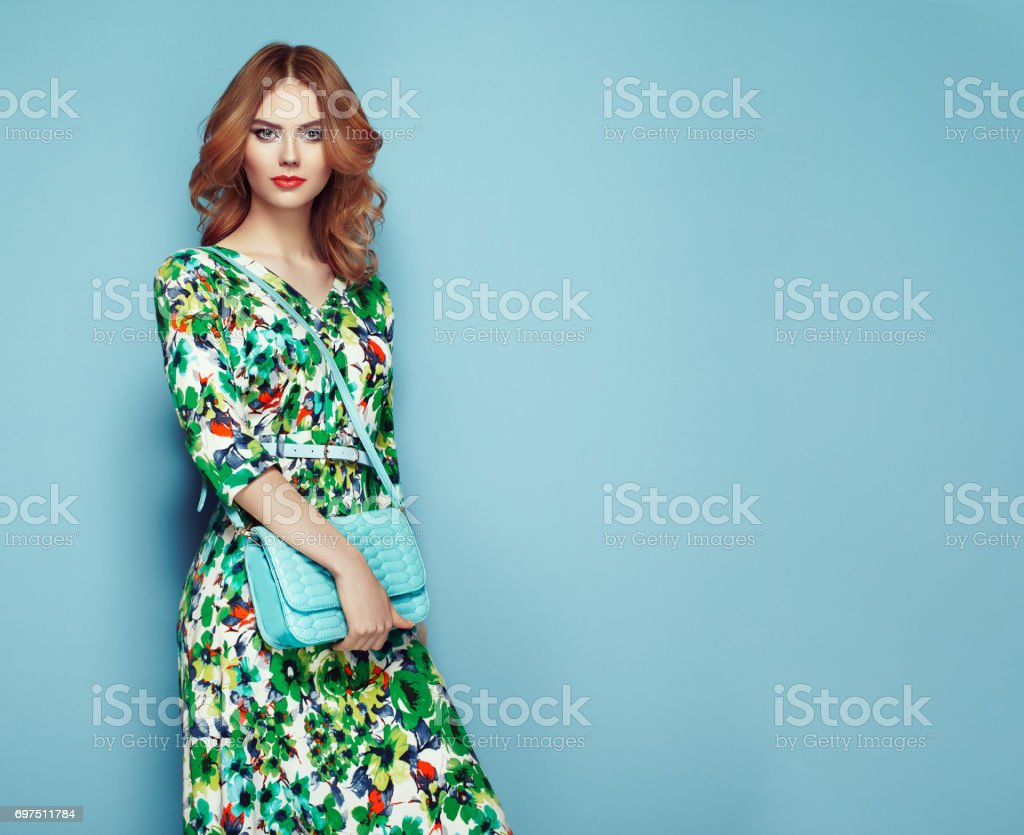 花春夏ドレスで金髪の若い女性 ストックフォト