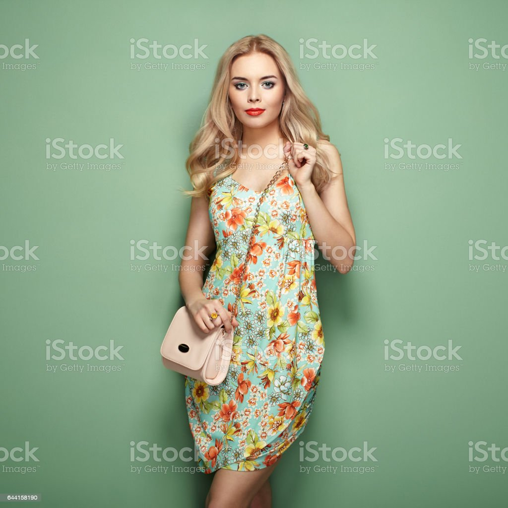 Blonde jeune femme en robe d'été fleurs - Photo