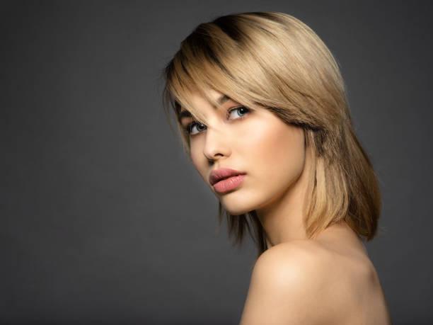 Blone Frau mit kurzen Haaren, Franse.  blonde Frau. – Foto