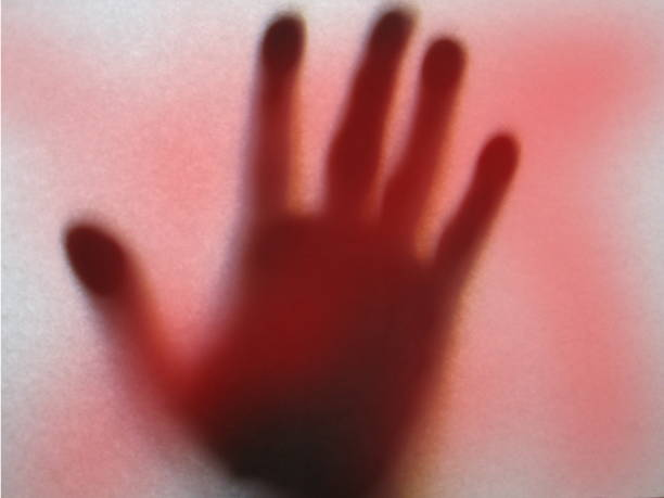 血液と手形 - 背景に人 ストックフォトと画像