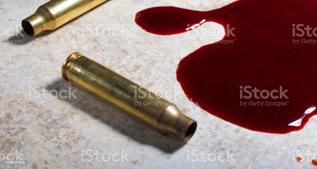 Blut und Messing auf dem Boden – Foto