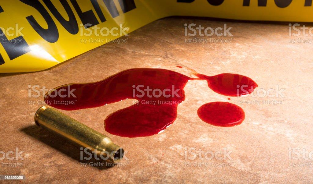 Blut und leere Patrone der AR-15 mit Kriminalität Szene Klebeband – Foto