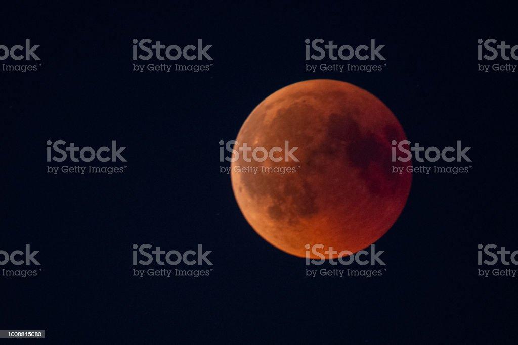 Bloed maan 2018 - volledige Maansverduistering in de nachtelijke hemel foto