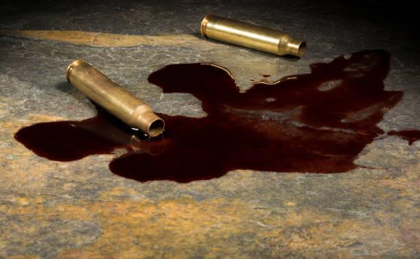 Blut neben zwei leeren Schalen der AR-15 – Foto