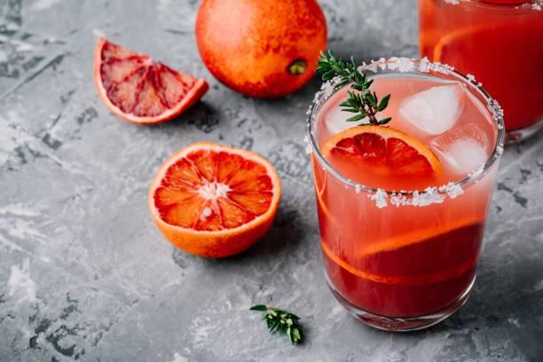 blood orange sangria mit eis und thymian - roter holunder stock-fotos und bilder