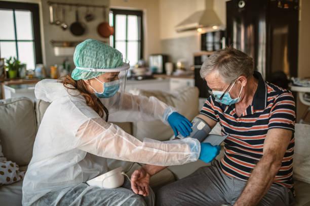 Blutdruckmessungen für Covid-19-Tests zu Hause – Foto