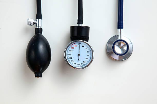 Miernik ciśnienia krwi sprzęt medyczny na białym tle – zdjęcie