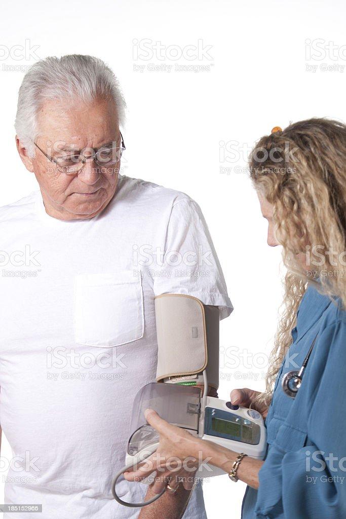 Prueba de presión arterial en el hospital - foto de stock