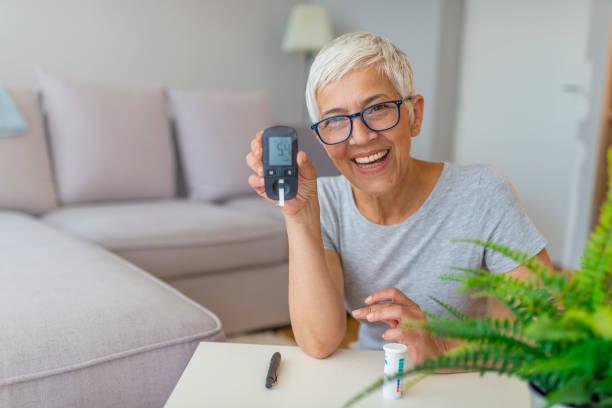 집에서 혈당 검사 - diabetes 뉴스 사진 이미지