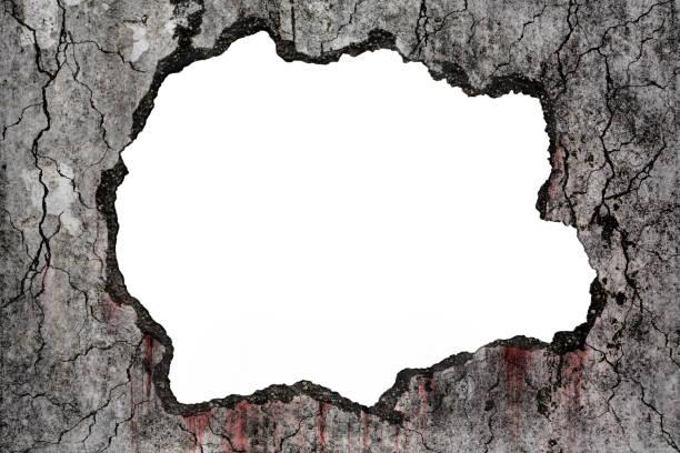 Blutiger Hintergrund beängstigend auf beschädigtem gruseligen Riss und zerbrochenen Betonwand auf Weiß, Konzept des Schreckens und Halloween – Foto