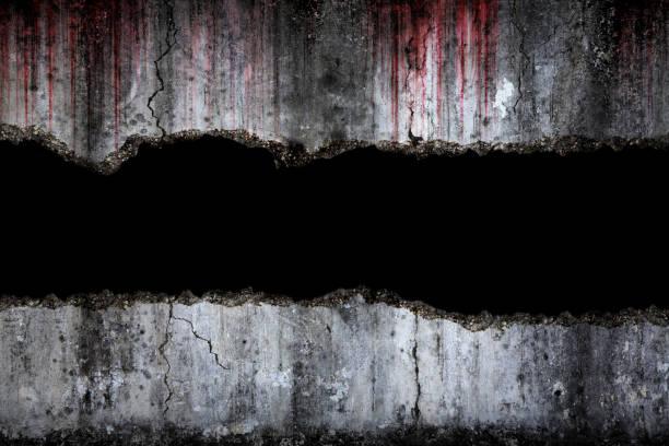 Blutiger Hintergrund beängstigend auf beschädigtem gruseligen Riss und zerbrochenen Betonwand, Konzept von Halloween und Horror – Foto