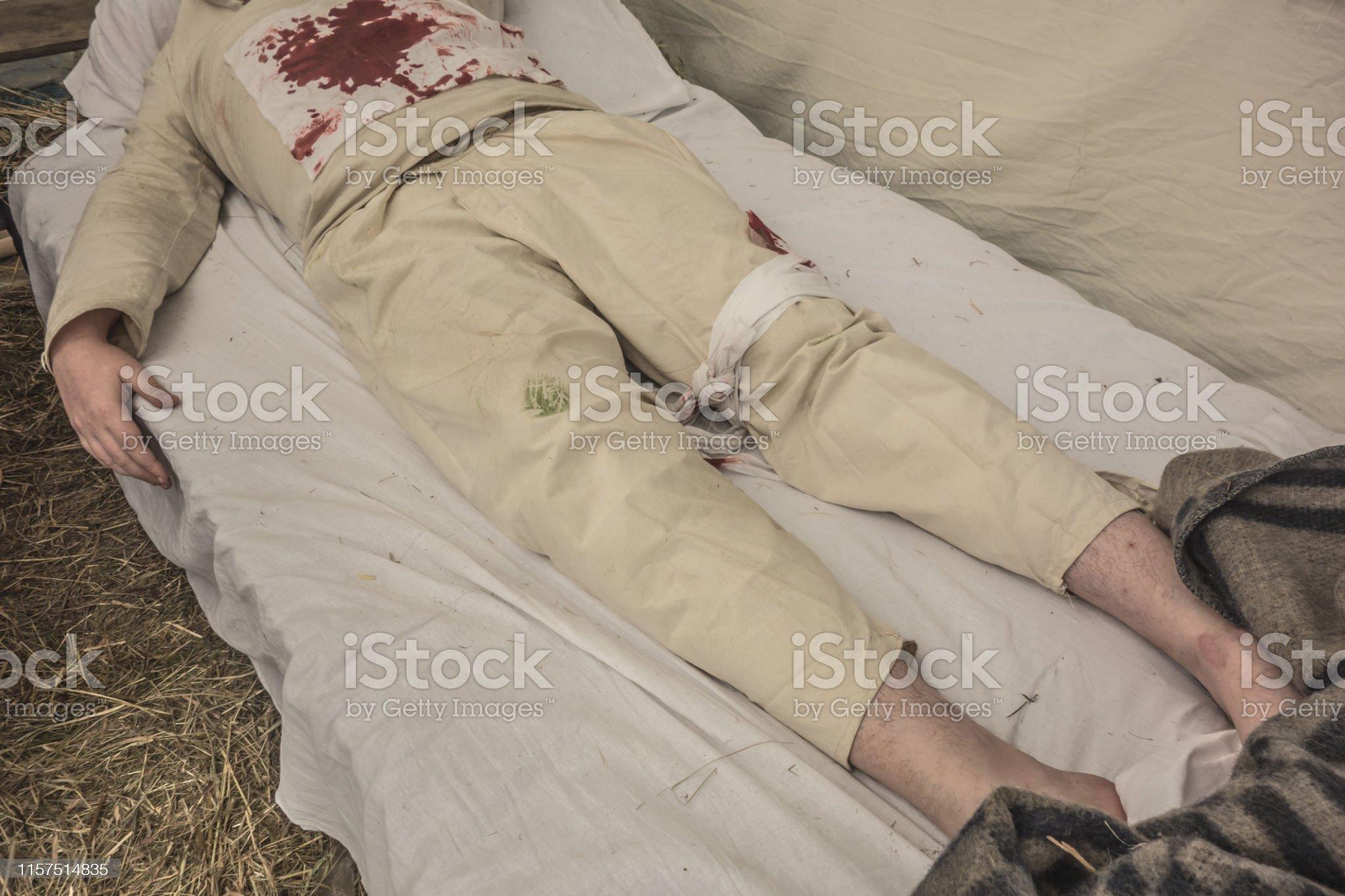 Военный госпиталь, окровавленный мужчина