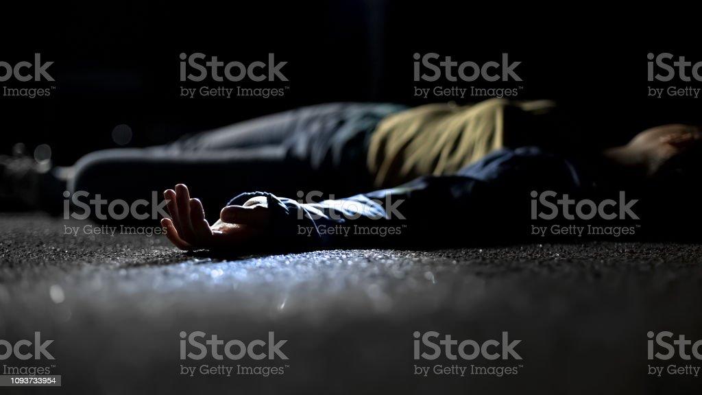 Blutige weibliche Opfer von tödlichen Autounfall auf Straße, Nahaufnahme am Körper liegen – Foto