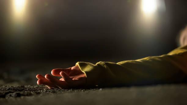 bloedige vrouwelijke slachtoffer van dodelijke auto-ongeluk liggend op weg, vergrote weergave op lichaam - moordenaar stockfoto's en -beelden