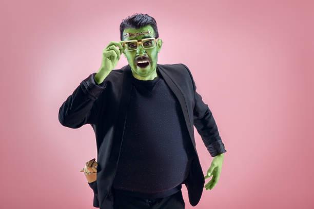 blutige halloween-thema: das verrückte maniak gesicht auf studio-hintergrund - faschingskostüme herren stock-fotos und bilder