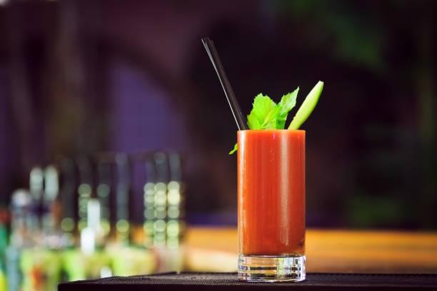 bloody mary bar sayacı. klasik kokteyl. - meyve ve sebze suyu soğuk i̇çecek stok fotoğraflar ve resimler