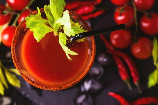 Bloody Mary cocktail mit Chili-Pfeffer, Eis und Sellerie. – Foto