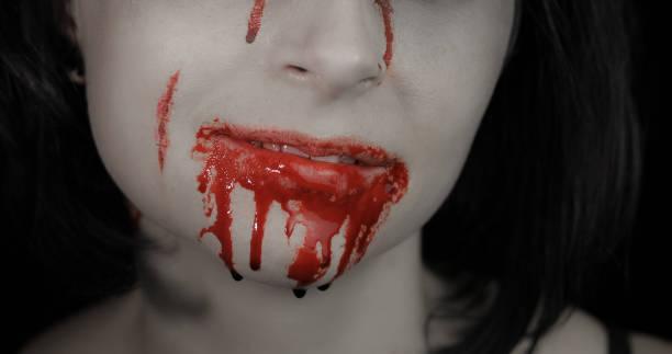blutiger mund und zähne des mädchens. vampir halloween make-up mit tropfendem blut - dracula schminken stock-fotos und bilder
