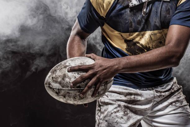 un jugador de rugby sangriento y fangoso - rugby fotografías e imágenes de stock