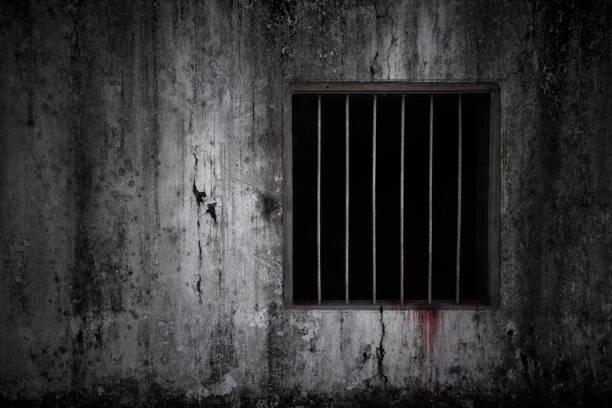 Blutige Angst an Fenster und Wand mit rostigen Balken an alter gruseliger Gefängniszellenwand, Konzept des Schreckens – Foto
