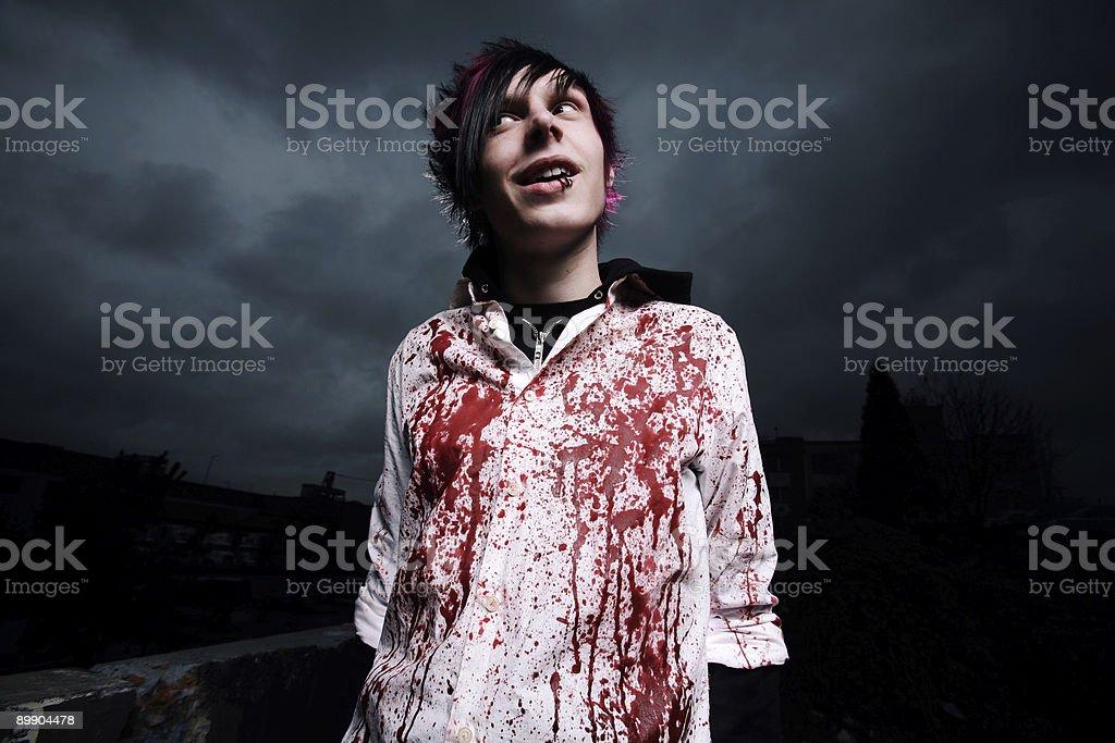 Кровавая рубашка мужской Портрет против темного неба. Стоковые фото Стоковая фотография
