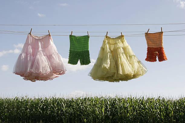 pumphose und petticoats auf einer wäscheleine - pumphose stock-fotos und bilder