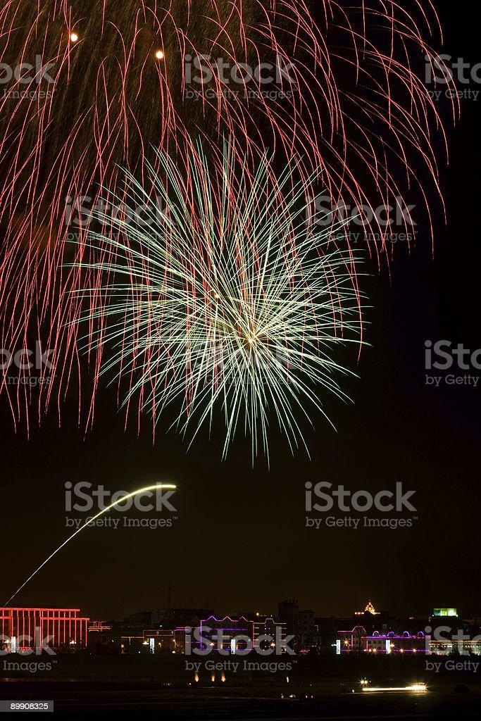 Soffiare Fuochi d'artificio sopra gli edifici foto stock royalty-free