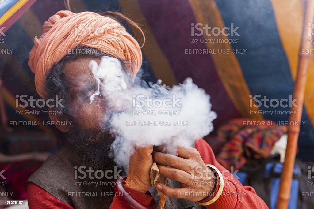 Blowing pilgrim at Kumbh Mela in Haridwar foto