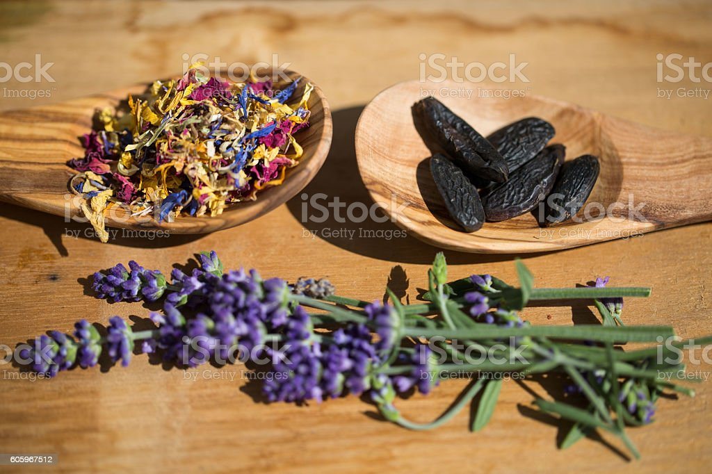 Blütenmix , spices and Tonka beans in an olive wood scoop stock photo