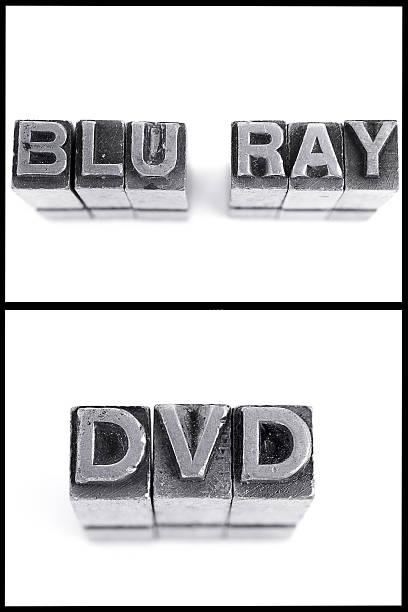 lecteur dvd blu-ray et d'un panneau en lettres majuscules - blu ray disc photos et images de collection