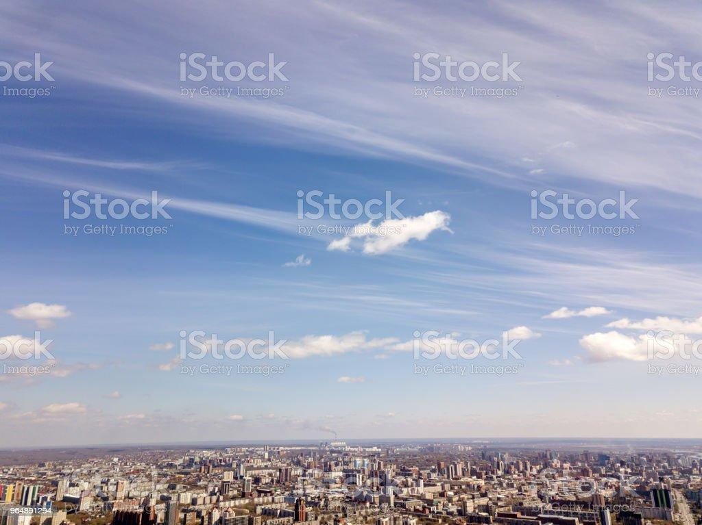 藍色天空在城市 - 免版稅俄羅斯圖庫照片
