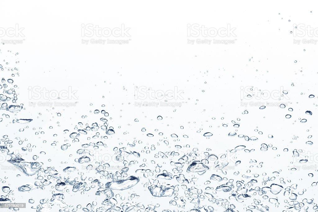Blue aufsteigende Luftblasen im klaren Wasser – Foto