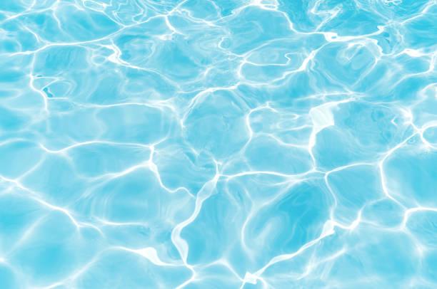 藍色和明亮的水錶面與太陽反射在游泳池為背景 - 游泳池 個照片及圖片檔