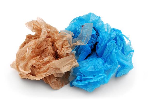 bleu et brun sacs en plastique d'achat de denrées alimentaires - sac en plastique photos et images de collection