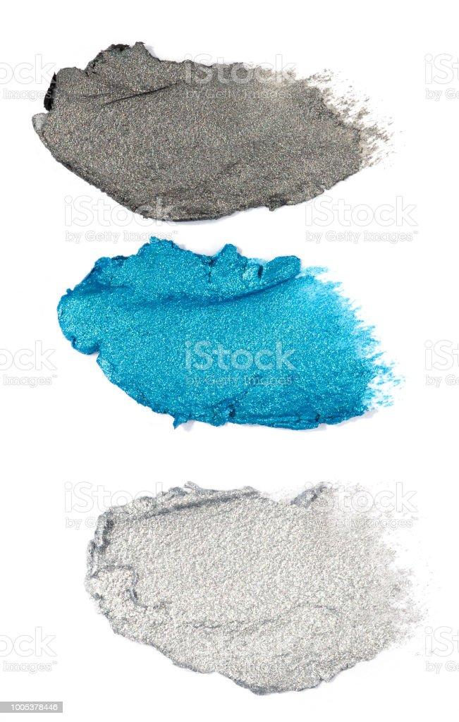 blaue und graue Creme Lidschatten isoliert auf weiß – Foto