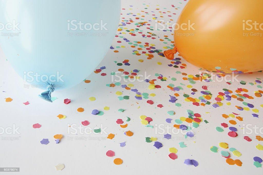 Blau und orange Luftballons mit Konfetti Lizenzfreies stock-foto