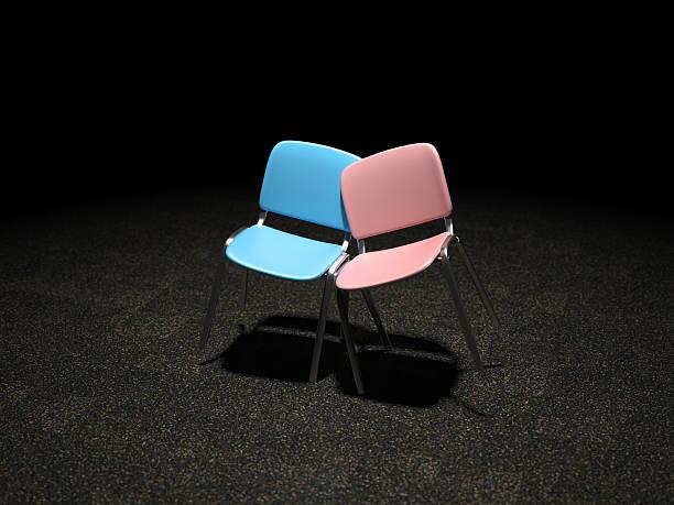 Blau und Rosa Stuhl hell beleuchtet schiefen gegen jeden – Foto