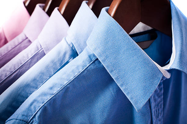 Blau und Rosa elegante button-down-shirts auf dem Kleiderbügel Hängen – Foto