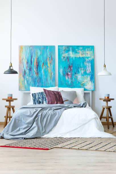 blau und lila farbschema - lila, grün, schlafzimmer stock-fotos und bilder