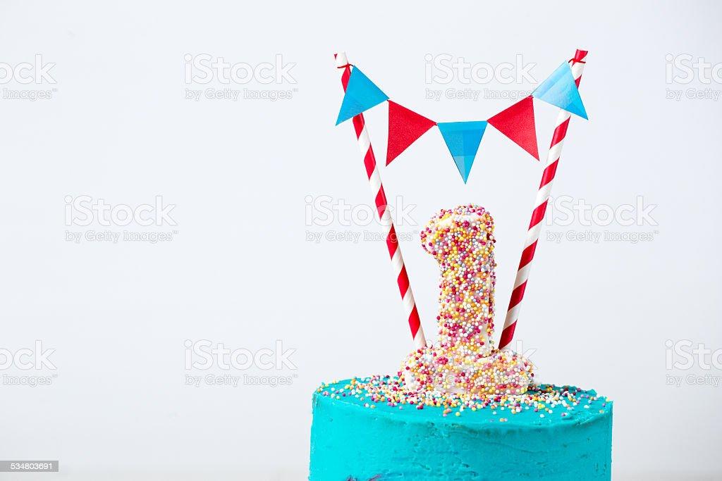 Azul y rojo primera pastel de cumpleaños con número uno bunting - foto de stock