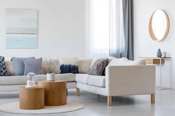 藍色和白色抽象繪畫和鏡子在木框架在典雅的客廳內部與角落沙發和咖啡桌 - 室內 個照片及圖片檔