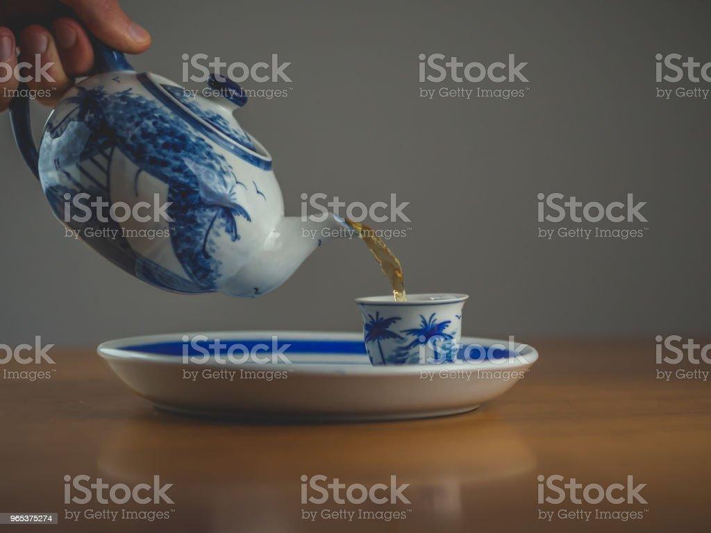 두 일치 컵 파란색과 흰색 중국 찻주전자 - 로열티 프리 0명 스톡 사진